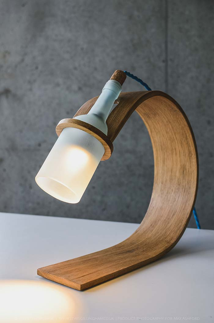 Luminária de mesa de madeira