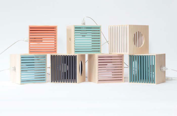caixotes de madeira coloridos com lâmpadas dentro