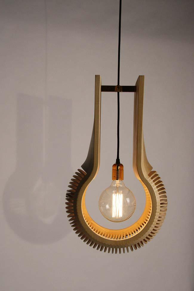 Luminária de madeira moderna e entalhada