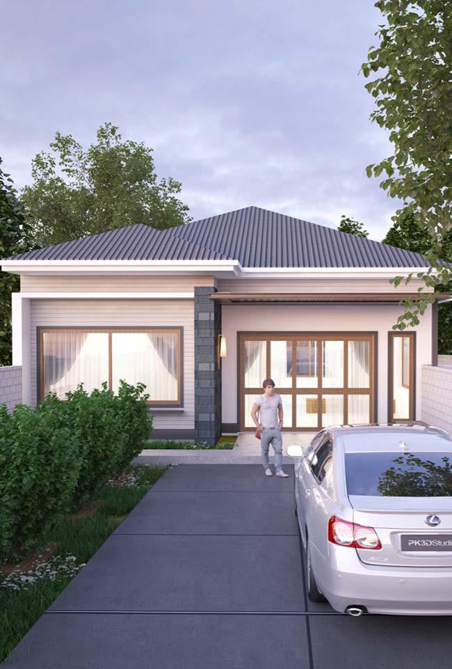 Casa pequena de estilo tradicional com telhado aparente e janelas amplas