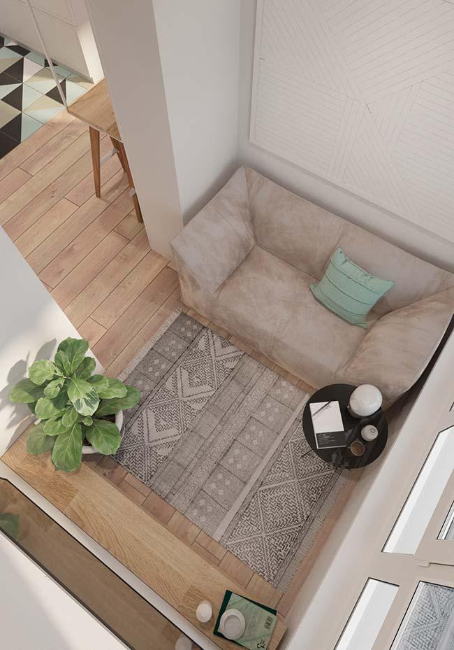 sala pequena foi decorada com sofá