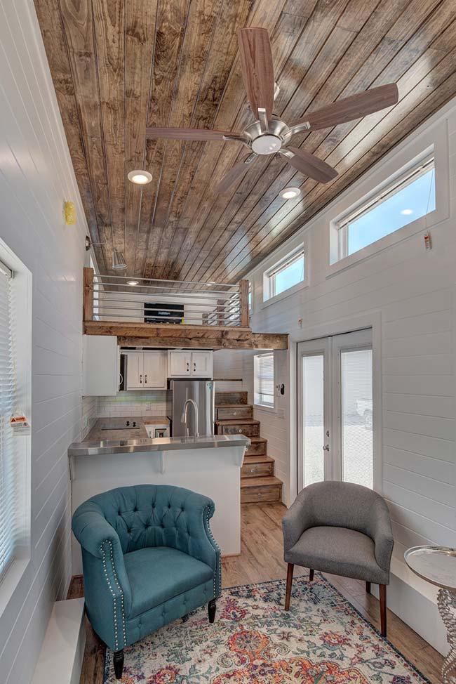 Mezanino montado sobre a cozinha funciona como sala de TV