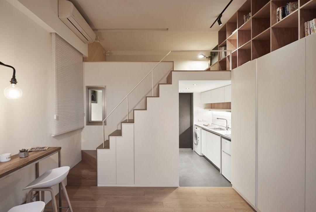 Casa pequena com mezanino e decoração nos tons de branco e amadeirado