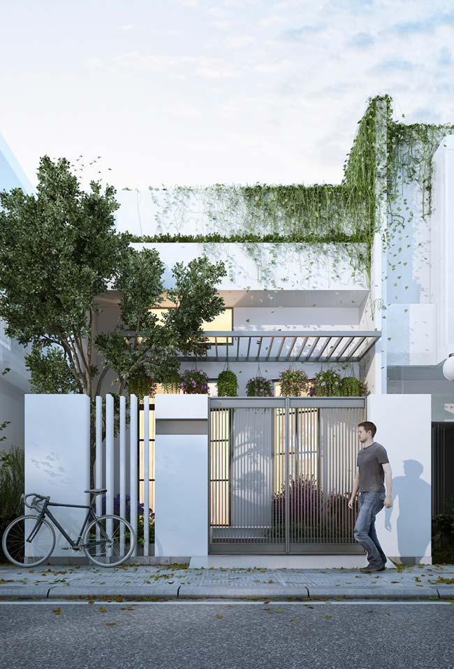 Use a natureza a seu favor: nessa casa pequena, as plantas trepadeiras se integram à fachada