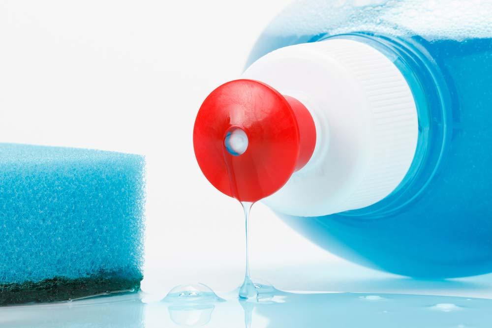 Como limpar panela queimada com detergente líquido