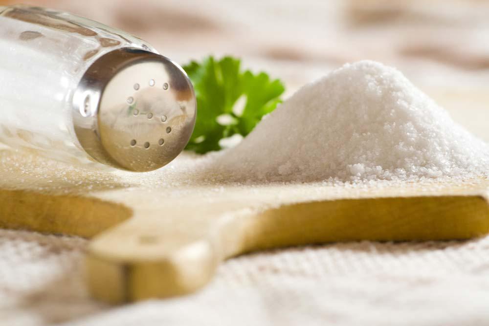Como limpar panela queimada com sal