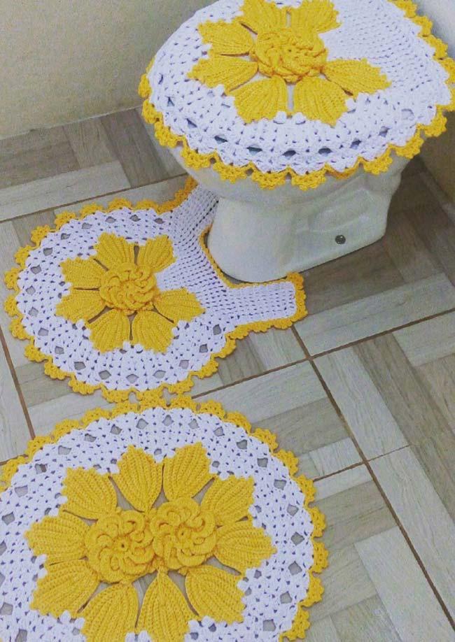 Jogo de banheiro branco e amarelo