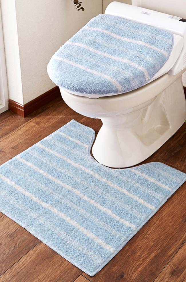 Jogo de banheiro duas peças com fundo azul e listras brancas