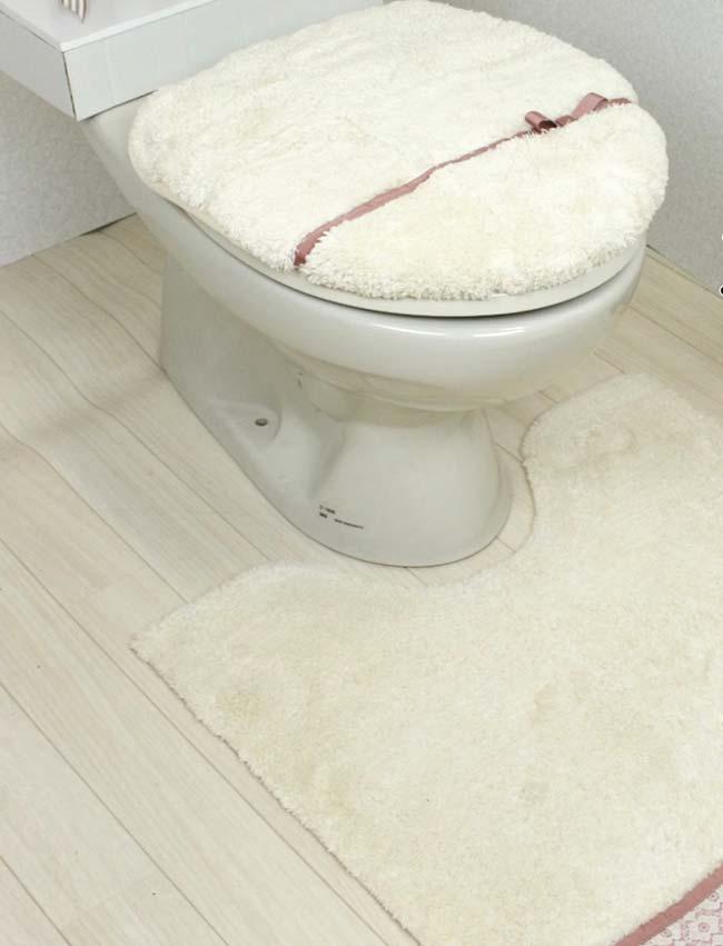 jogo de banheiro só é dual color pela presença da discreta fita de cetim