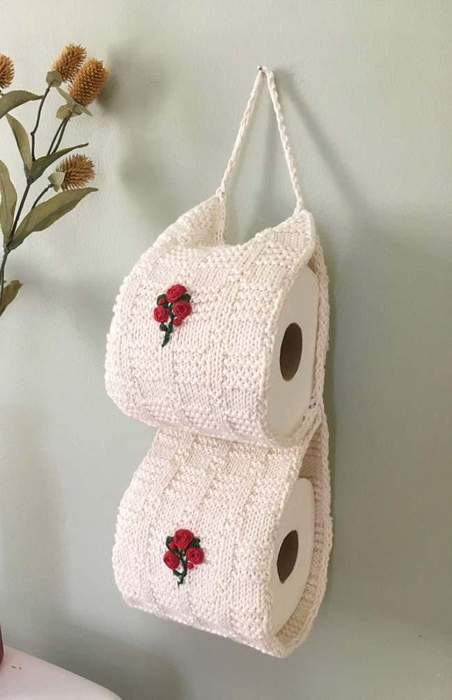 Mini rosas vermelhas aplicadas no porta papel higiênico de crochê