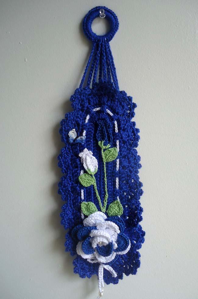 Porta papel higiênico de crochê azul anil com branco