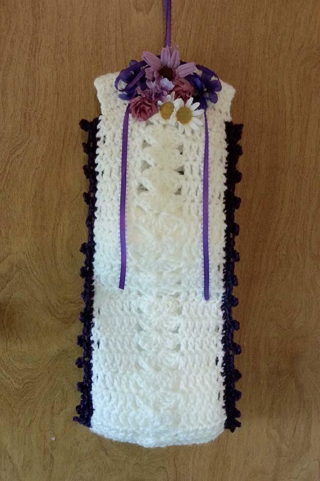 Porta papel higiênico de crochê com flores artificiais