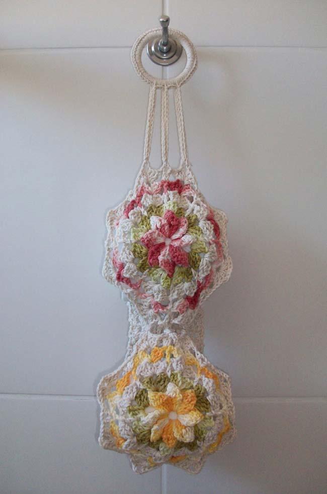 Porta papel higiênico de crochê para dois rolos com flores de camélia