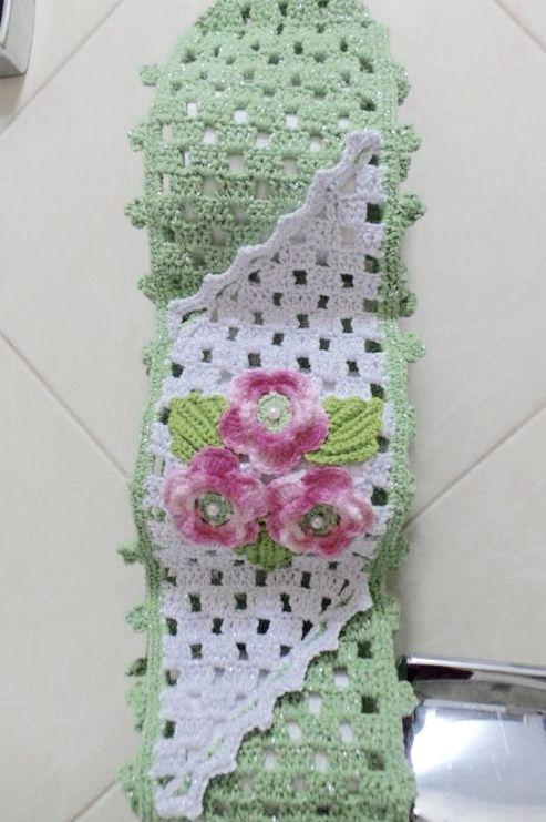Porta papel higiênico verde uma aplicação em crochê branco