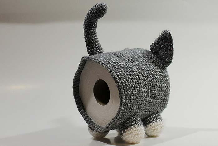 Um gatinho de papel higiênico vestido de crochê