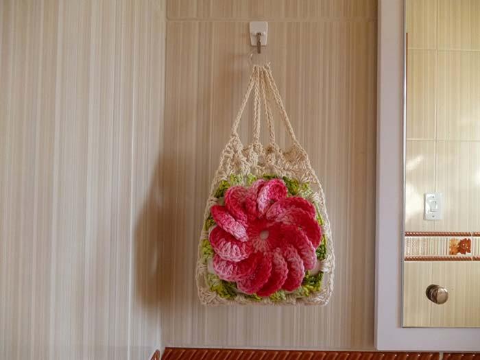 Uma bolsa ou um porta papel higiênico de crochê?