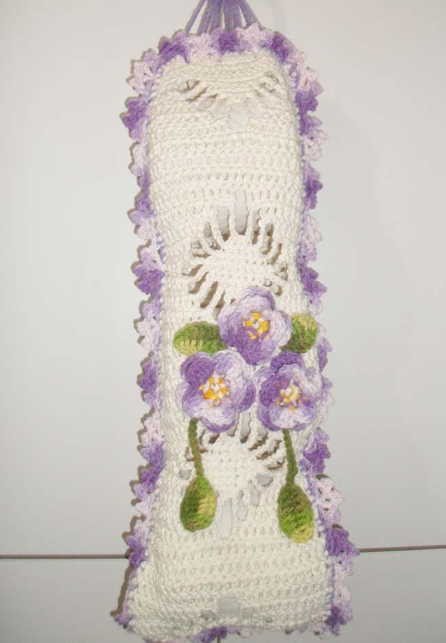 Porta papel higiênico de crochê na cor cru com flores lilás