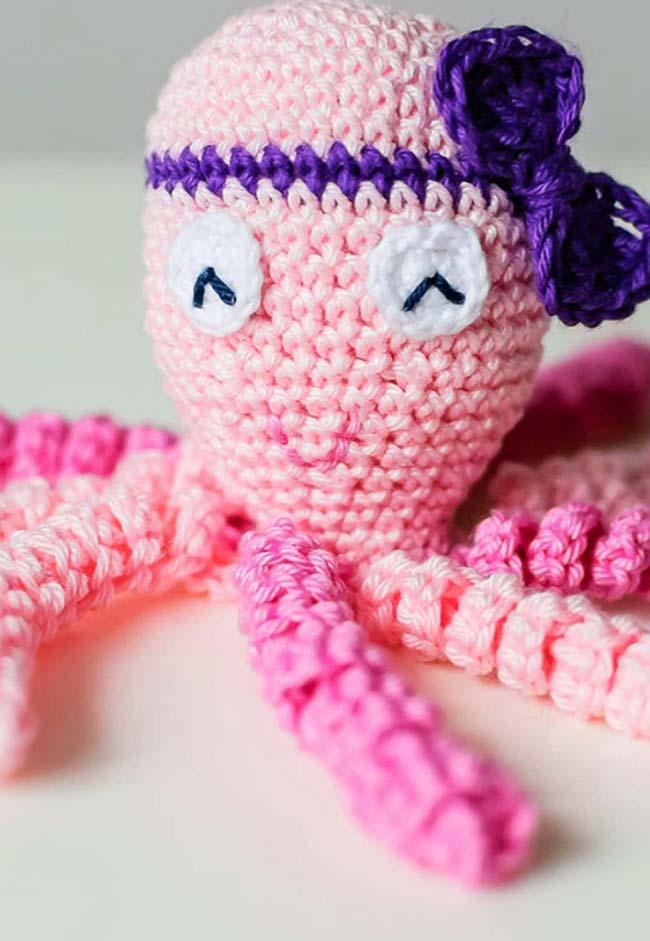 Polvo de crochê com lacinho na cabeça