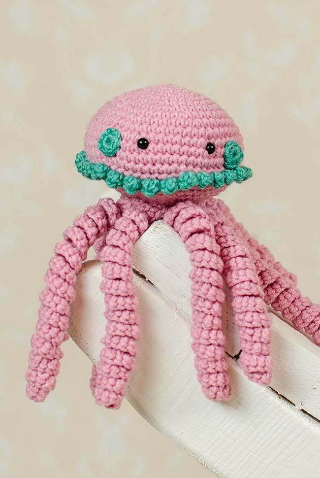 Detalhes verdes no polvo de crochê rosa