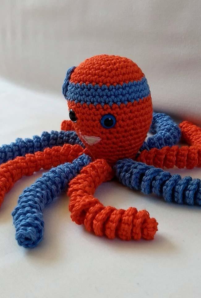 Azul e vermelho no polvo de crochê