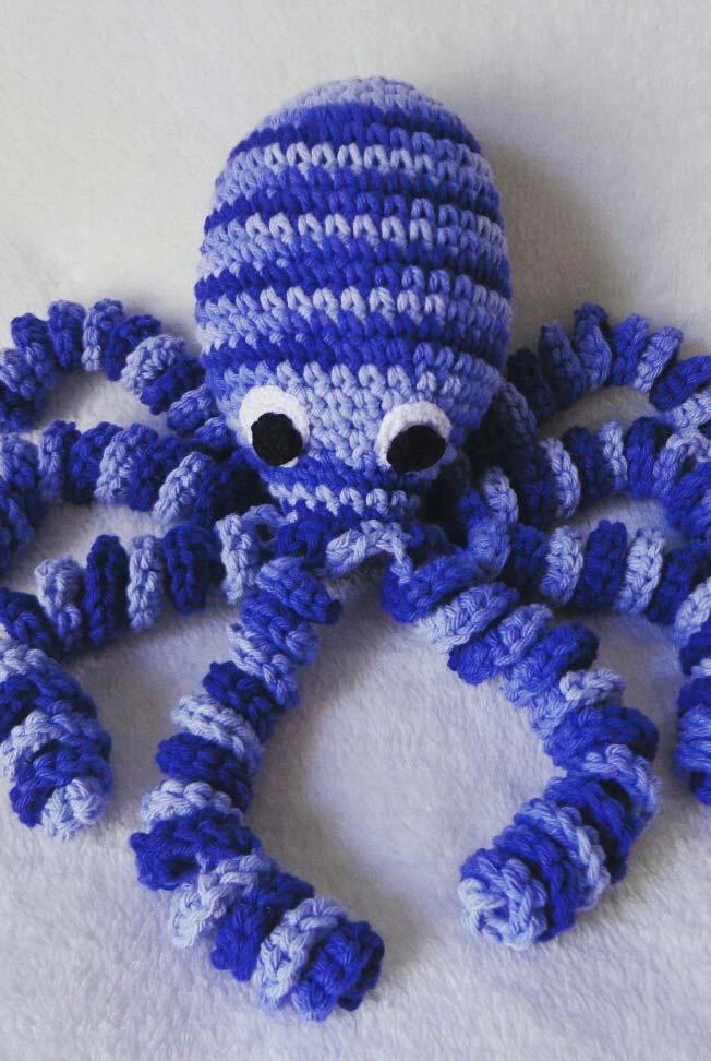 Polvo de crochê em diferentes tons de azul