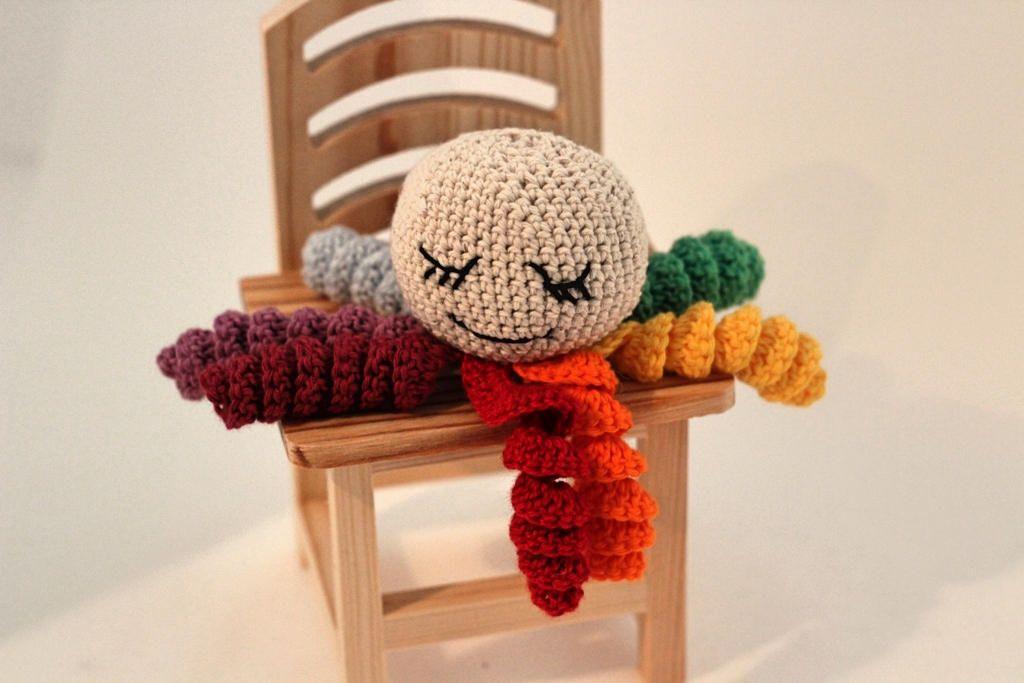 Polvo de crochê com um tentáculo de cada cor