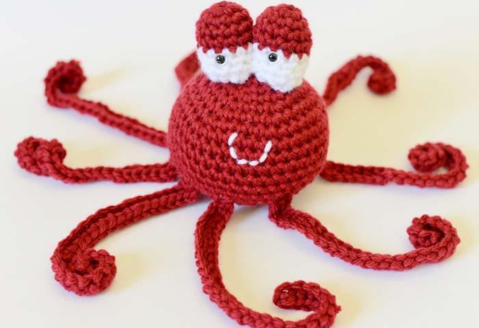 Polvo de crochê vermelho e branco