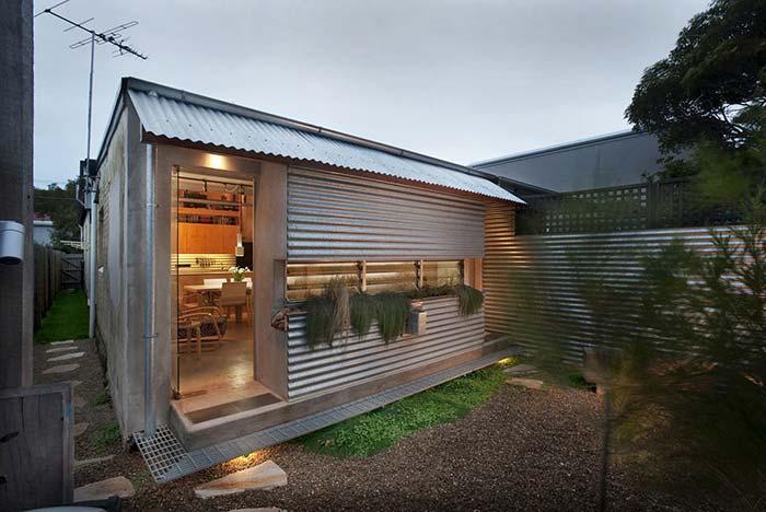 Casa pequena coberta com telhado galvanizado