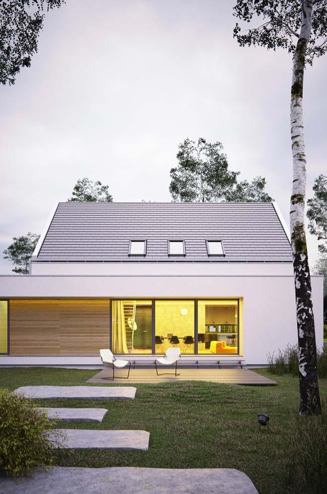 Casa simples e pequena com telhas gravilhadas