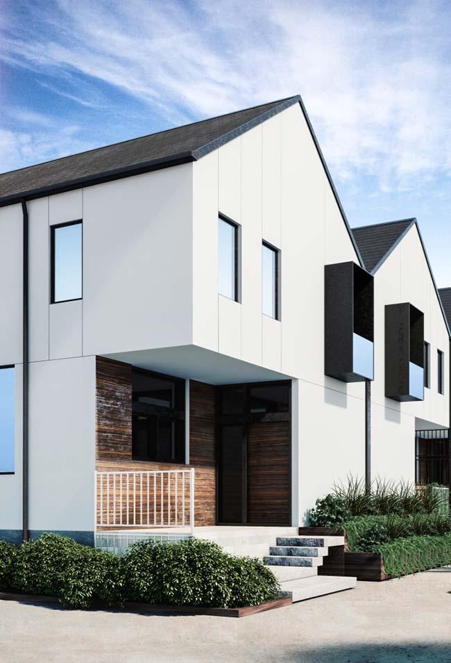 Casa branca com telhas shingle marrom