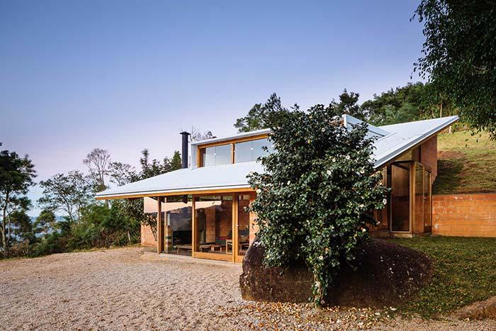 Casa de campo com telhado termoacústico