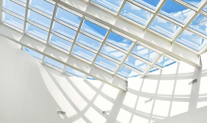 Telhas de vidro apoiadas na estrutura metálica