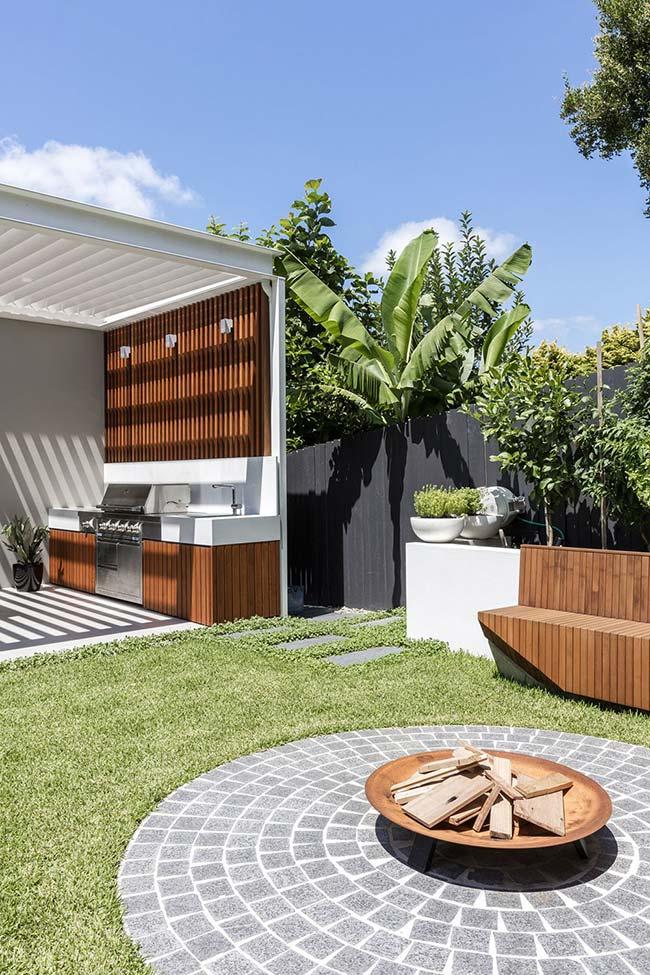 Jardim pequeno com espaço bem distribuído