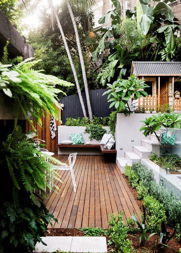 Jardim pequeno com deck e muitas espécies de plantas