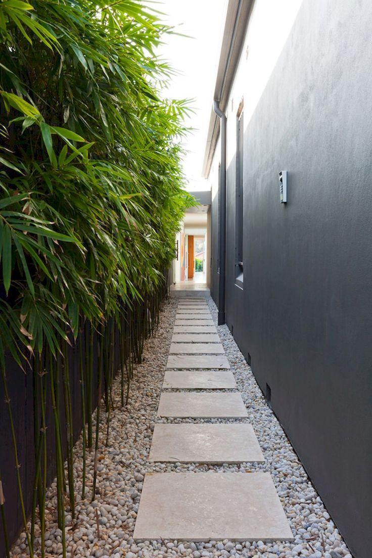 Jardim corredor com passagem de pedrass