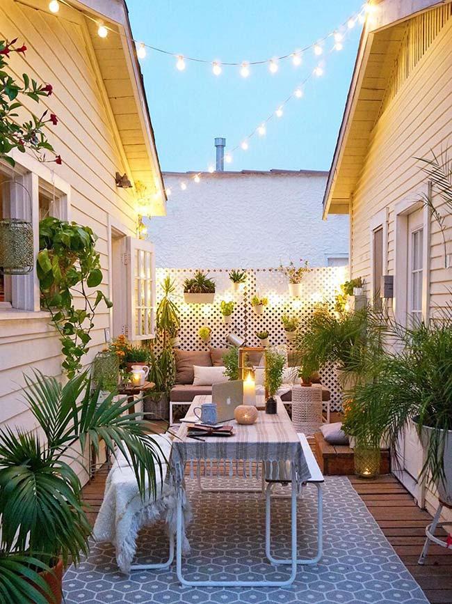 Jardim pequeno entre casas com mesa