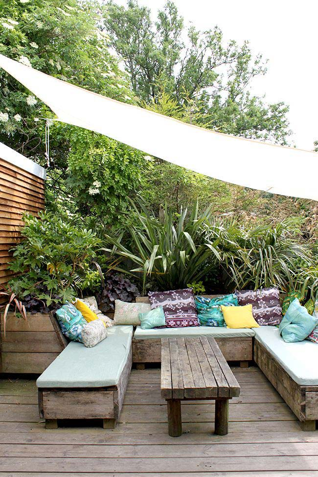 Jardim pequeno com deck de madeira de demolição