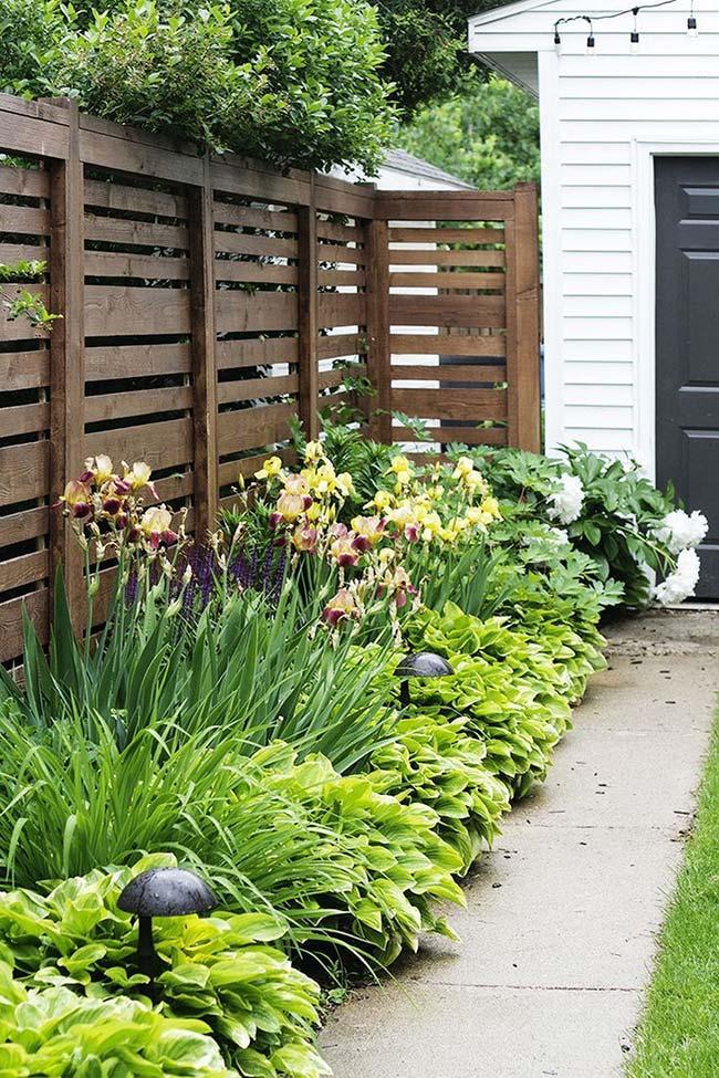 Jardim pequeno com canteiro de plantas