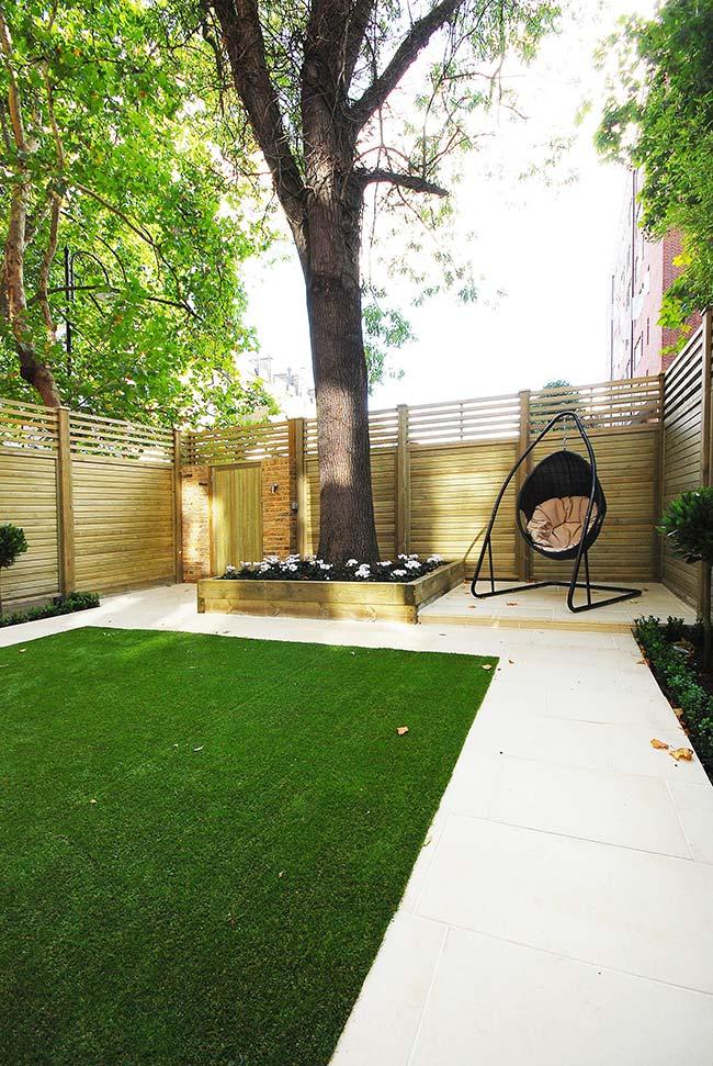 Jardim pequeno com árvore grande