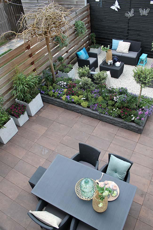 Canteiro de plantas no jardim pequeno