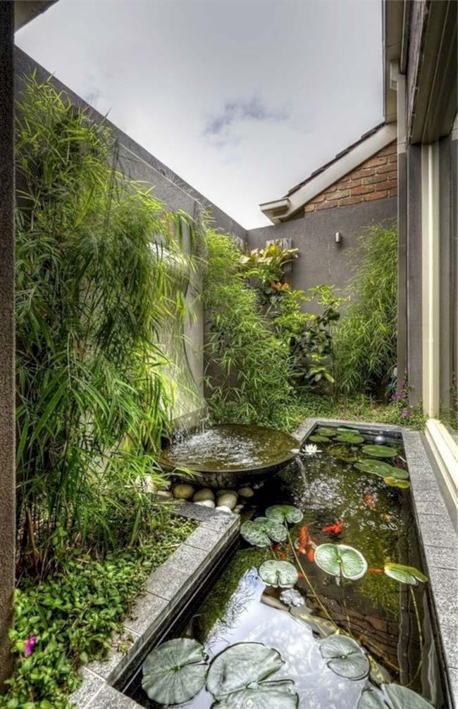 Jardim pequeno com queda d'água e lago artificial