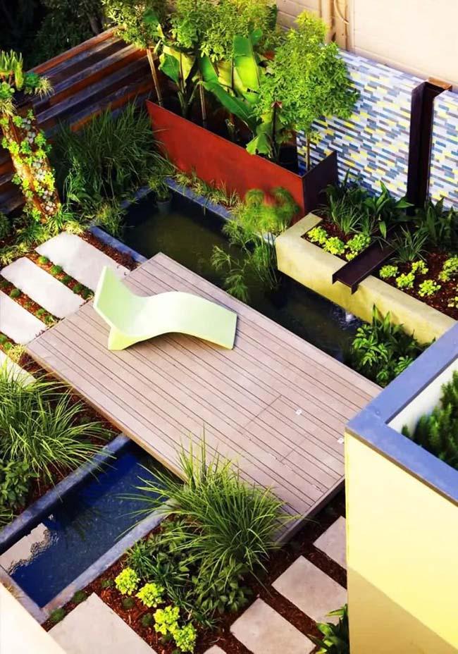 Deck central com espreguiçadeira no jardim pequeno