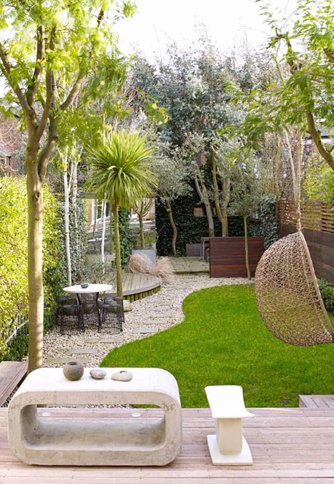 Jardim pequeno entre diversos tons de verde da natureza