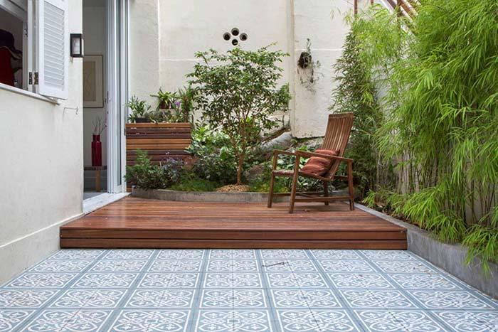 Jardim pequeno com deck de madeira