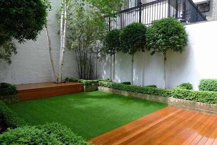 Jardim pequeno com gramado