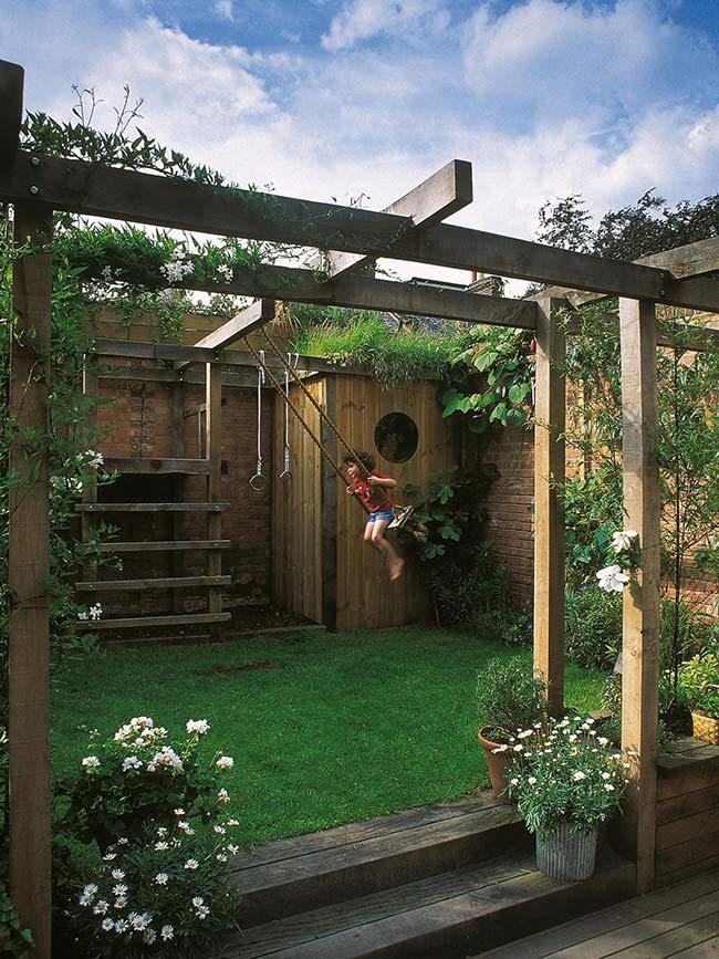 Jardim pequeno com pergolado de madeira