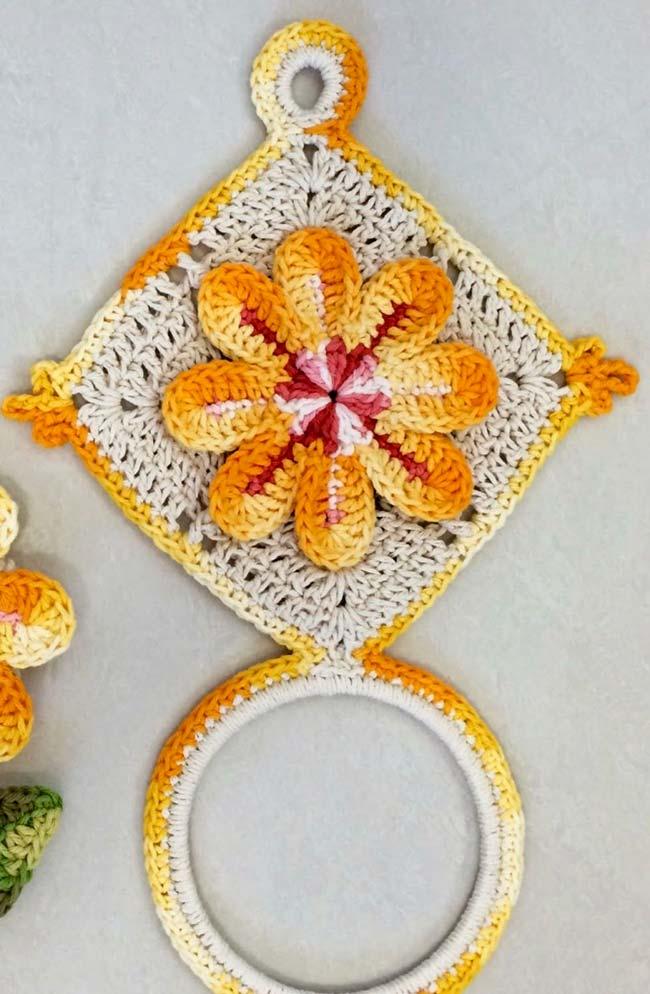 Porta pano de prato de crochê em formato de losango com flor no centro