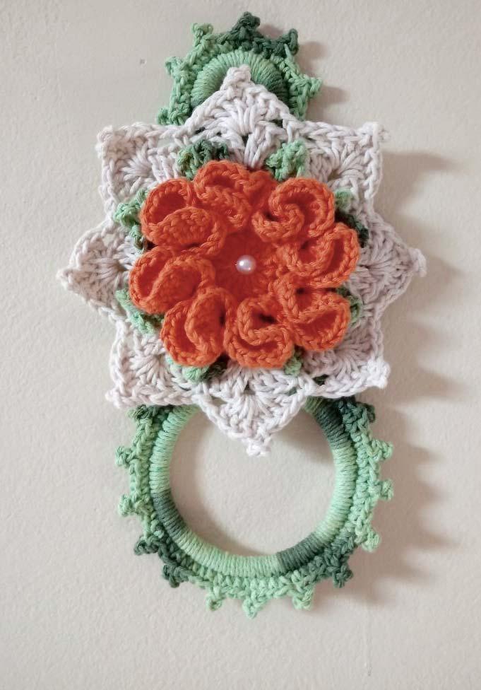 Porta pano de prato de crochê com flor e pétala