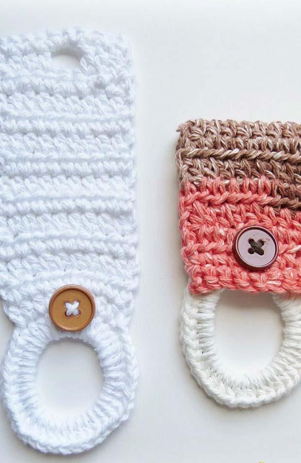 Porta pano de prato de crochê com botão amadeirado