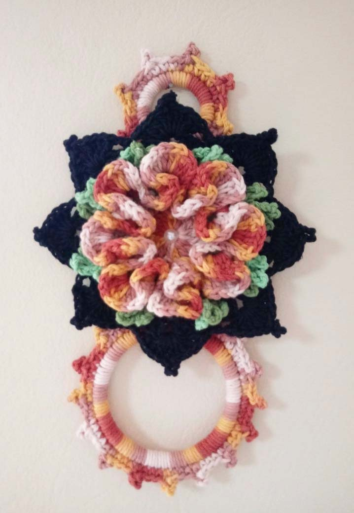 Porta pano de crochê feito com um mix de cores fortes e suaves